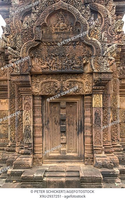 Tür in der hinduistische Tempelruine Banteay Srei, Angkor Region, Kambodscha, Asien | gate at the hindu temple ruin Banteay Srei, Angkor region, Cambodia, Asia