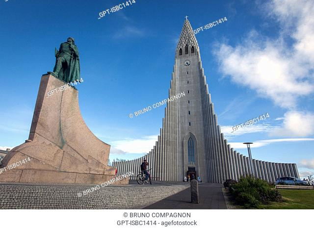 THE LUTHERAN CATHEDRAL HALLGRIMSKIRKJA, BUILT IN CONCRETE BETWEEN 1945 AND 1986, MODELED AFTER THE BASALT COLUMNS VERY PRESENT IN THE COUNTRY