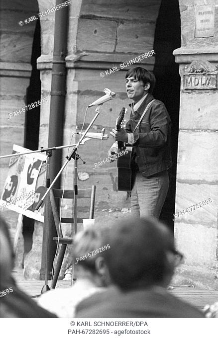 Singer Reinhard Mey during his performance. Students of University Erlangen-Nuremberg celebrate a party in Altdorf on 13 July 1968