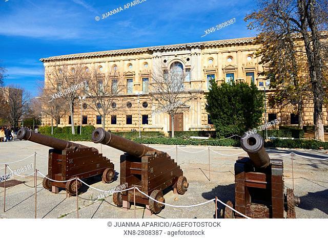 Cañones de la epoca de los Reyes Catolicos, en la explanada del Palacio de Carlos V,Granada, Andalusia, Spain, Europe