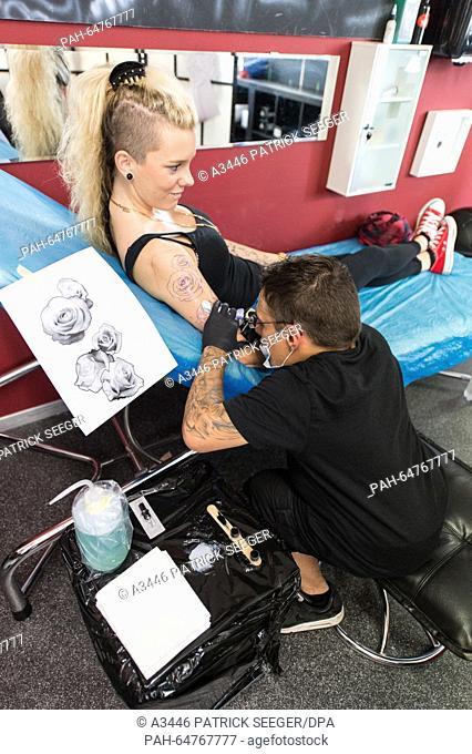 Der kleinwüchsige Dennis Weber tätowiert am 14.08.2015 in Aesch in der Schweiz im Tattoo-Studio Ramona Hopfner. Viele Kleinwüchsige haben Probleme bei der...