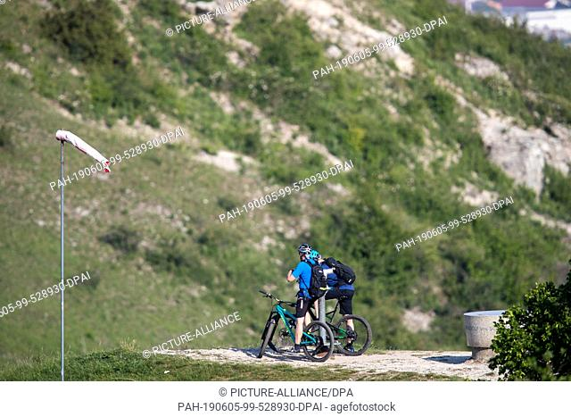 05 June 2019, Bavaria, Gerolfingen: Cyclists take a break at Hesselberg. Hesselberg is the highest elevation in Middle Franconia