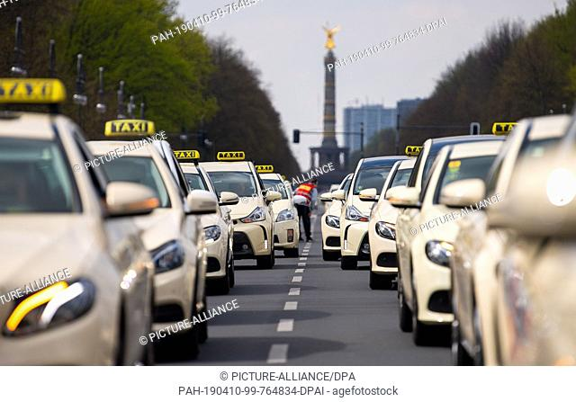 10 April 2019, Berlin: Taxi drivers protest on the Straße des 17. Juni between Brandenburger Tor and Siegessäule. With nationwide demonstrations