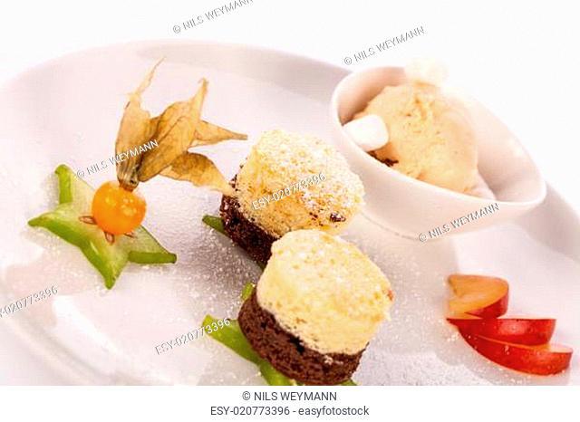 Brownie schokoladenbrownie mit Eiscreme und Pflaumen angerichtet auf einem Telle