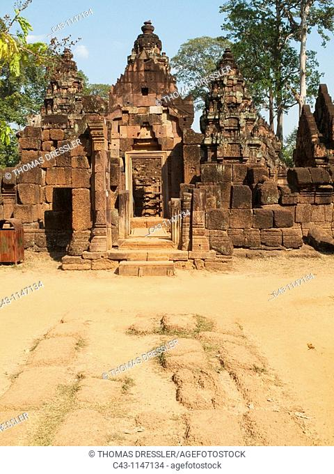 Cambodia - Gopura entrance pavilion to the temple enclosure walls of the second enclosure at the temple of Banteay Srei, which is known for the exquisite...