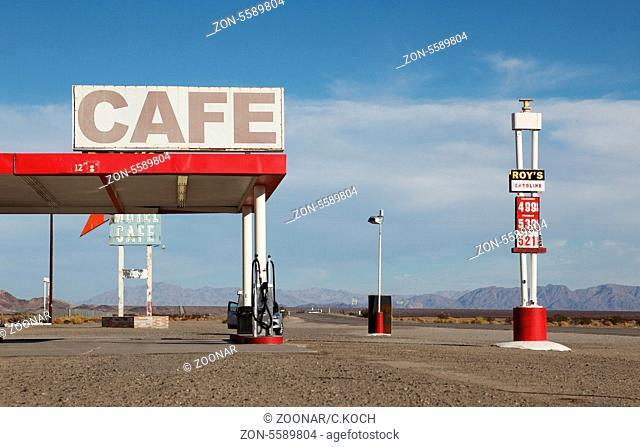 90iger Jahre Tankstelle in der Wueste Kaliforniens, USA 2013