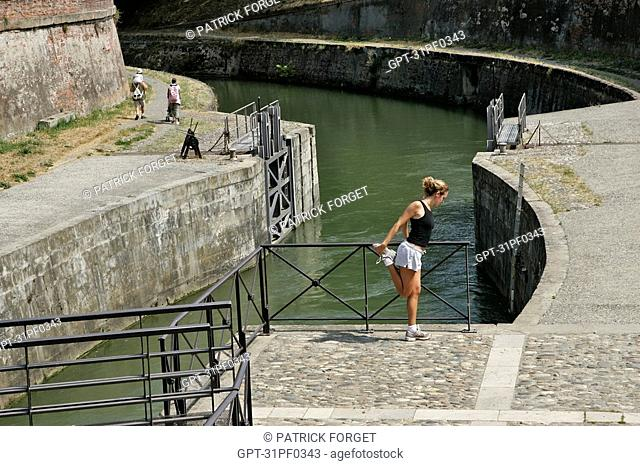 JOGGING, SAINT-ETIENNE LOCK LINKING THE CANAL OF BRIENNE TO THE GARONNE, TOULOUSE, HAUTE-GARONNE 31, FRANCE