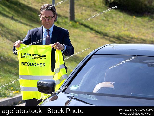 16 April 2020, Brandenburg, Großbeeren: Federal Minister of Transport Andreas Scheuer (CSU) is given a brief introduction to the logistics service provider...