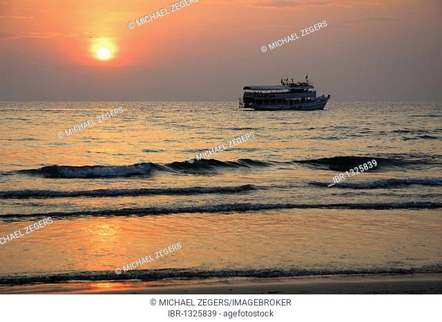 Sunset, boat off White Sand Beach, Hat Had Sai Khao, Koh Chang Island, National Park Mu Ko Chang, Trat, Gulf of Thailand, Thailand, Asia