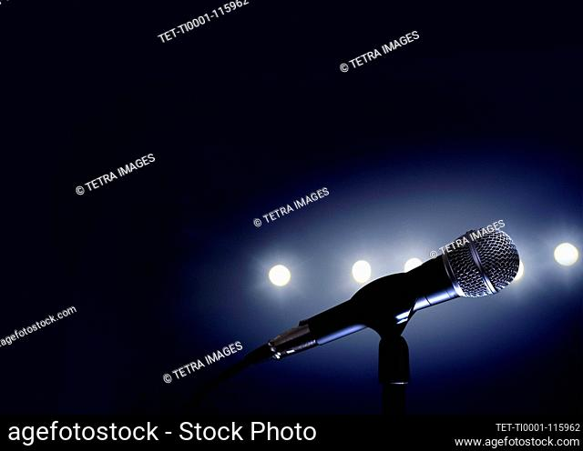 Micrófono y luces de escenario