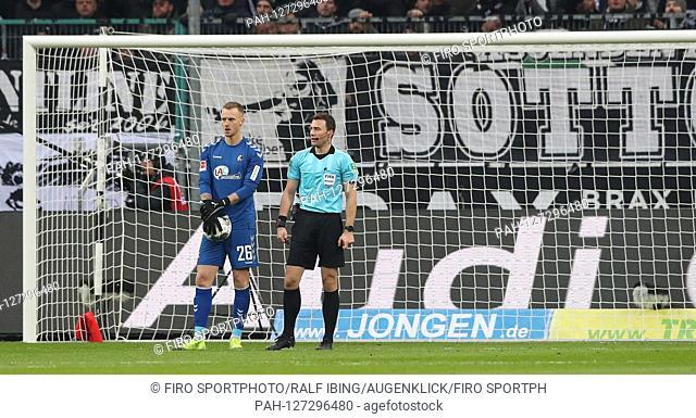 firo: 01.12.2019, football, 1.Bundesliga, season 2019/2020, Borussia Monchengladbach, Gladbach - SC Freiburg 4: 2 referee Felix ZWAYER