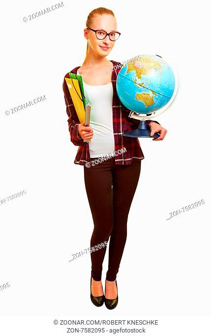 Junge Frau als Lehrerin für Erdkunde trägt einen Globus