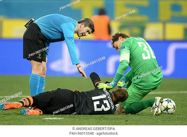 Spanish referee Alberto Undiano Mallenco, schachtar's Vlacheslav Shevchuk (C) and goal keeper Andriy Pyatov during the UEFA Champions League Round of 16 first...