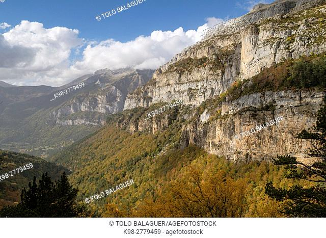 Trail GR11, ravine of Aguerri, western valleys, Pyrenean mountain range, province of Huesca, Aragon, Spain