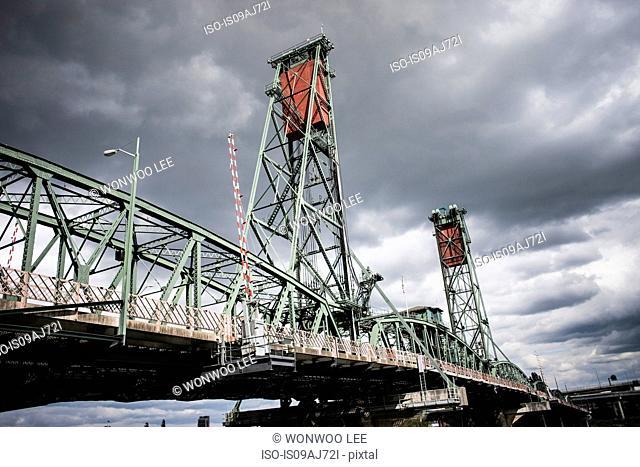 Hawthorn Bridge over the Willamette River, Portland, Oregon, US