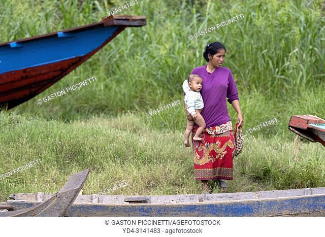 Woman carring her daughter, floating village of Kompong Phluk, Siem reap Province, Kingdon of Cambodia. Kompong Phluk, is one of the more than 170 villages...