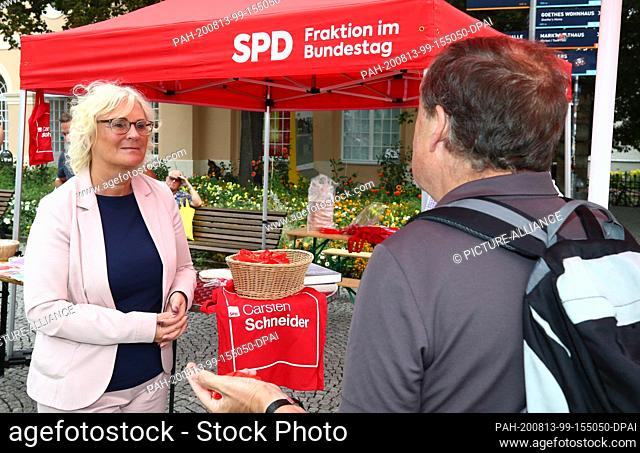 13 August 2020, Thuringia, Weimar: Christine Lambrecht (SPD, l), Federal Minister of Justice and Consumer Protection, is standing at an SPD campaign stand on...