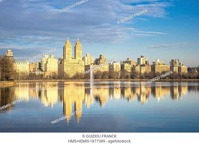 United States, New York, Manhattan, Central Park, Jacqueline Kennedy Onassis Reservoir and the San Remo Apartments
