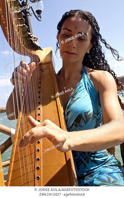 Women playing harp, Caribean Sea