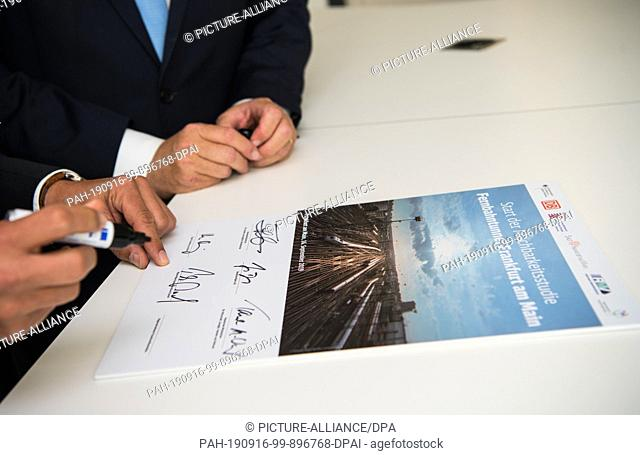 16 September 2019, Hessen, Frankfurt/Main: The responsible persons sign a symbolic document for the start of the feasibility study