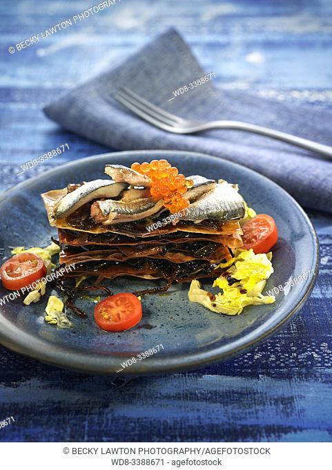 lasaña crujiente de arenque con cebolla confitada y escarola / herring crunchy lasagna with candied onion and escarole