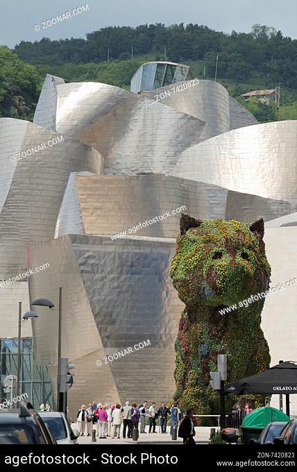 Hund aus Pflanzen bewacht den Eingang zum Guggenheim Museum in Bilbao, 30.5.2015, Foto: Robert B. Fishman