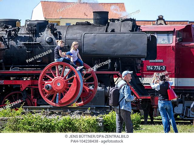 05.05.2018, Brandenburg, Wittenberge: Visitors are traveling in the railway museum Lokschuppen Wittenberge on the first day of the steam