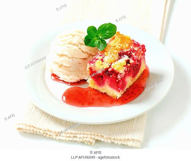 Berry fruit crumble slice with ice cream