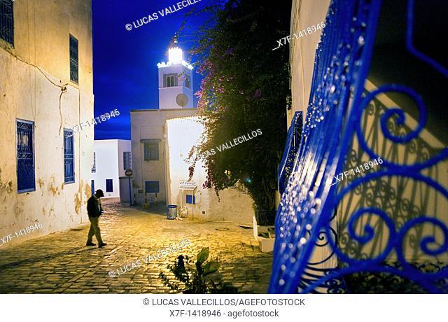 Tunez: Sidi Bou Said In background minaret of mosque