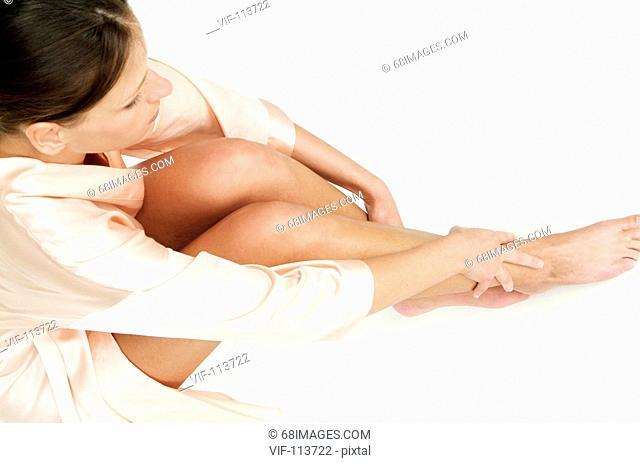 Junge Frau bei der K°rperpflege - Eincremen - K°rperpflege - wellness / Studioaufnahmen / *Model Released* / eingebettetes Farbprofil: ECI-RGB