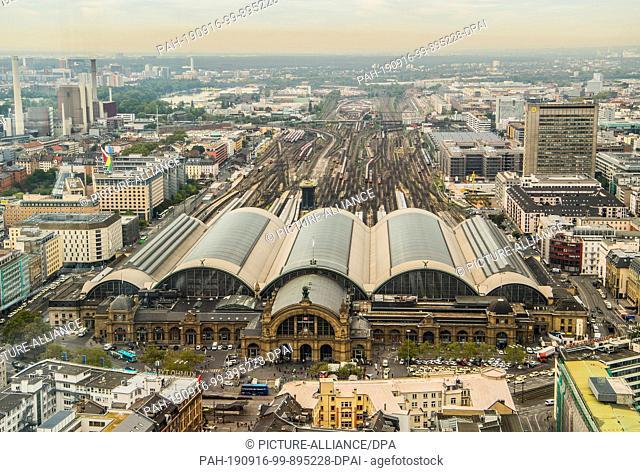 16 September 2019, Hessen, Frankfurt/Main: Frankfurt Central Station seen from the 31st floor of the DB Tower. A railway node study for Frankfurt was presented...