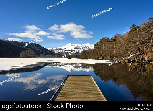 Lake Chambon in winter, Massif of Sancy in the background, Regional Nature Park of the Volcanoes of Auvergne, Puy de Dome department, Auvergne, France, Europe
