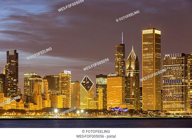 USA, Illinois, Chicago, View of skyline with Lake Michigan
