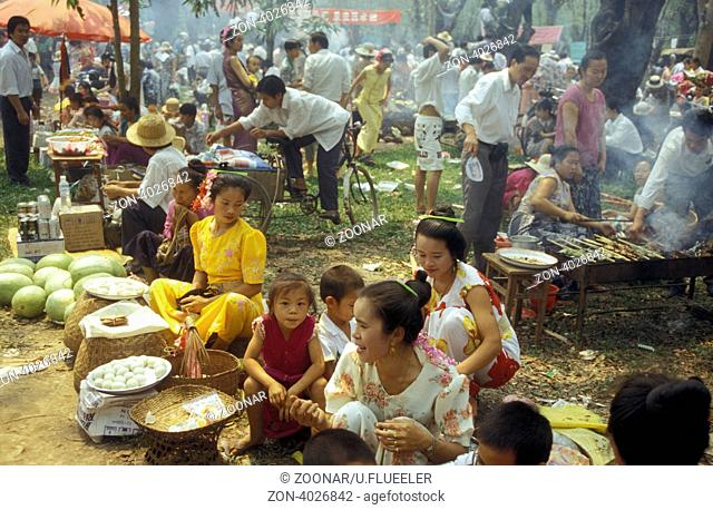 Ein Fruehlingsfest bei Jinghong in Xishuangbanna in der Provinz Yunnan in West China in Ostasien
