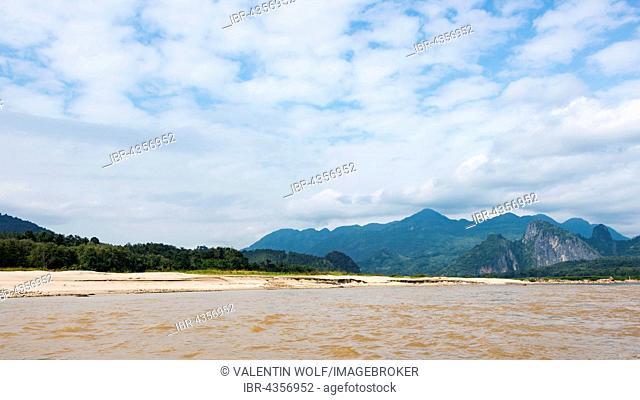 Landscape with mountains on the Mekong, Pak Ou, Provinz Louangphabang, Laos