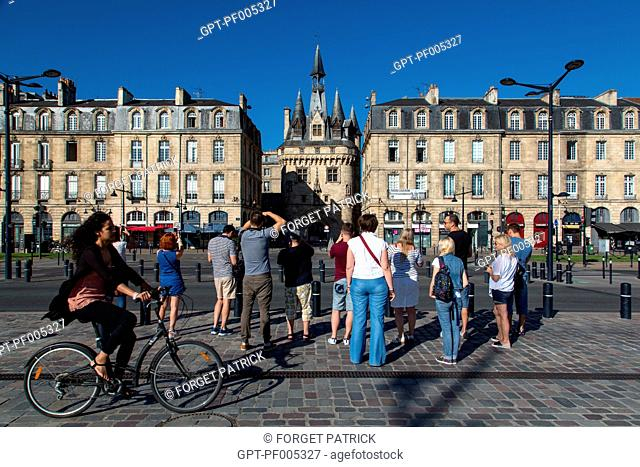 BICYCLE AND TOUR OF THE CITY IN FRONT OF THE APARTMENT BUILDINGS AND THE 15TH CENTURY CAILHAU GATE, RICHELIEU QUAY, CITY OF BORDEAUX, GIRONDE (33), FRANCE