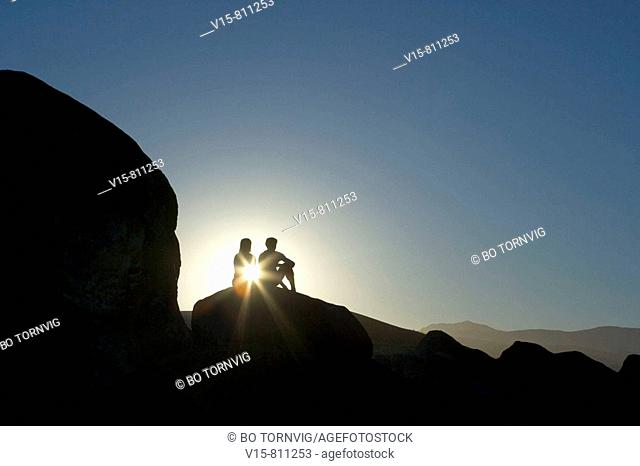Man and woman sitting on rocks in sunset - elefant rocks
