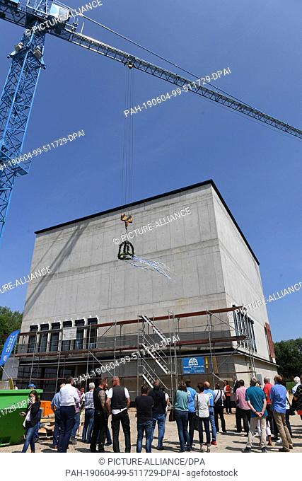 04 June 2019, Mecklenburg-Western Pomerania, Greifswald: Guests watch Greifswald celebrate the topping-out ceremony of the new building of the city archive