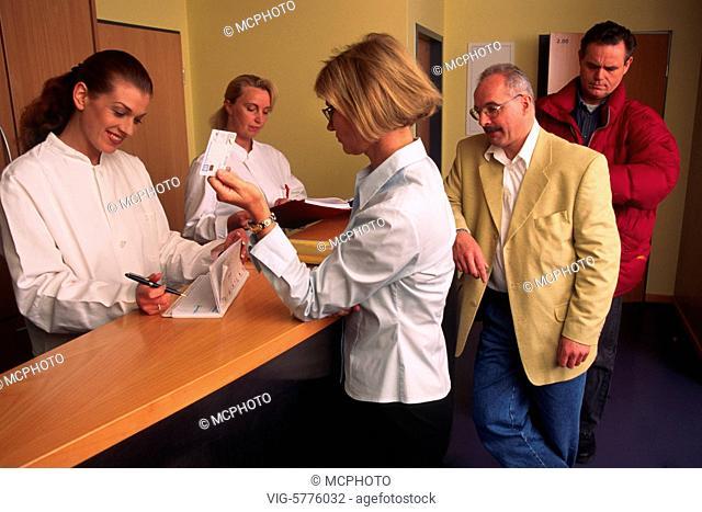 Patienten stehen Schlange in einer Arztpraxis, Hamburg, 2002 - Hamburg, Germany, 18/02/2002