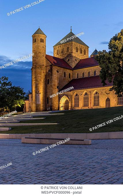 Germany, Lowe Saxony, Hildesheim, St. Michael's Church in the evening