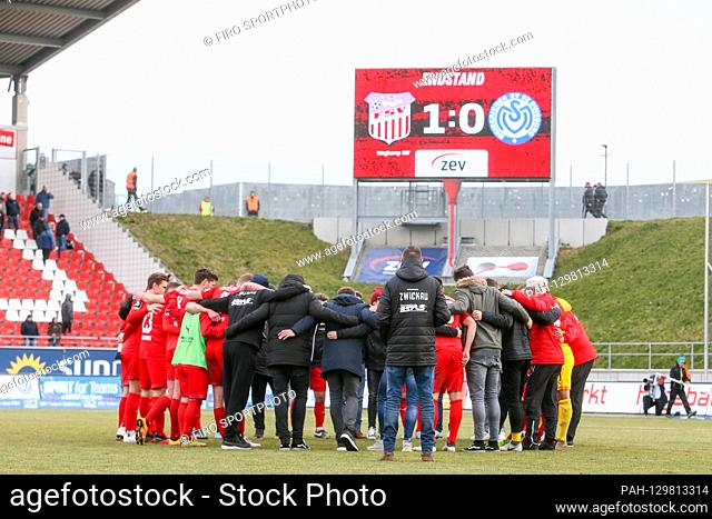 firo: 16.02.2020 Football, 2019/2020 3.Bundesliga: FSV Zwickau - MSV Duisburg 1-0 In the picture: Zwickau players and coaches form motivational circle after the...