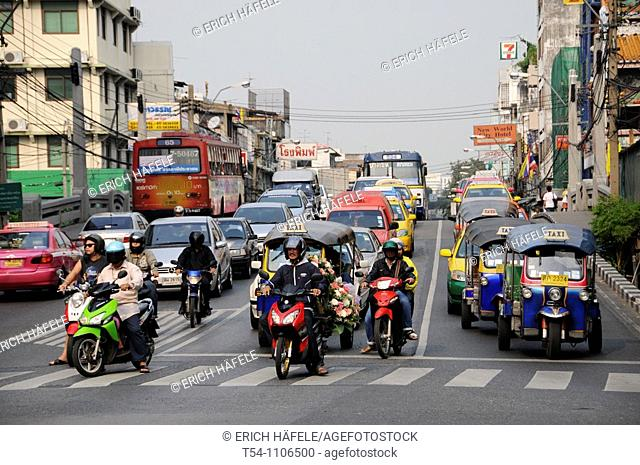 Traffic start at a Crosslight in Bangkok
