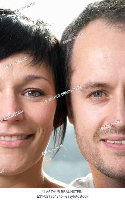 Mann und Frau nebeneinander lachen