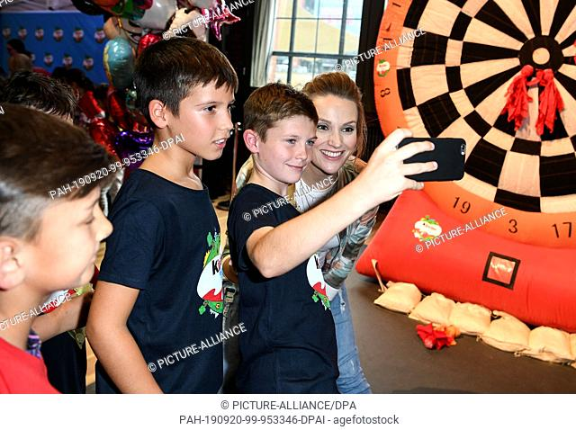 "19 September 2019, Berlin: The actress Anna Hofbauer plays with the children at the """"kinder Tag 2019"""" in the Radialsystem V"