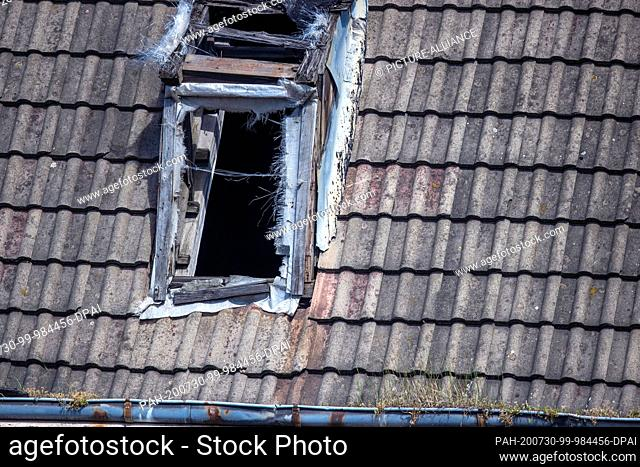 28 July 2020, Mecklenburg-Western Pomerania, Wismar: Vacant and partially destroyed apartment buildings can be found in the street Platter Kamp