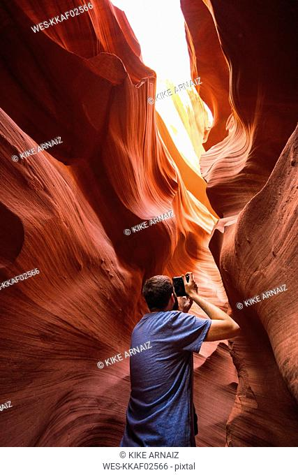 USA, Arizona, Lower Antilope Canyon, tourist photographing