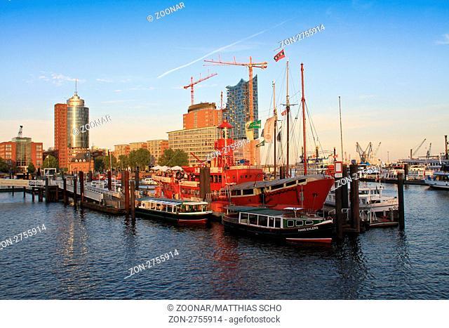 Feuerschiff im Hamburger Hafen mit Barkassen. Im Hintergrund die Elbphilharmonie im Bau. Juni 2011