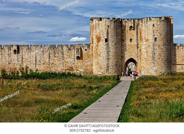 The south west entrance to the ramparts of the medieval walled town of Aigues Mortes, Languedoc Roussillon Midi Pyrenees, France