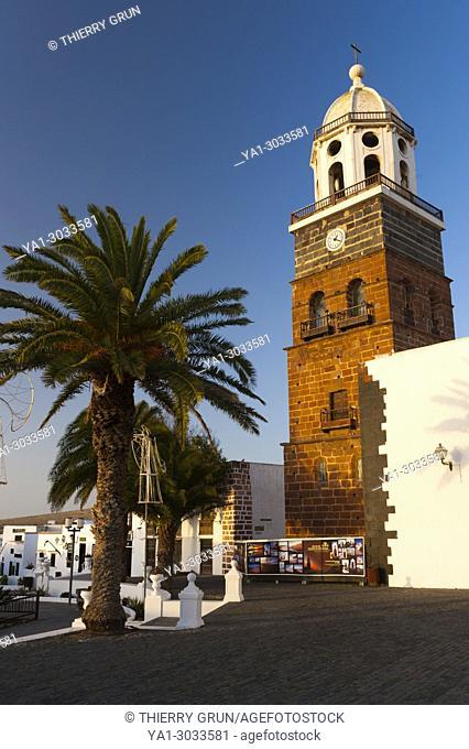 Spain, Canary islands, Lanzarote, Teguise town, Place Piazza de la Constitucion and eglise Iglesia de Nuestra Senora de Guadalupe church