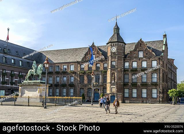 Jan-Wellem-Reiterdenkmal vor dem Rathaus auf dem Marktplatz, Landeshauptstadt Duesseldorf, Nordrhein-Westfalen, Deutschland